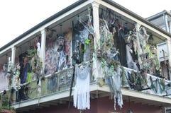 Decoraciones frecuentadas de Halloween en la calle de Borbón Foto de archivo