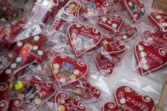 Decoraciones hechas a mano de la Navidad con el símbolo tradicional del corazón de Licitar de Zagreb Imagenes de archivo