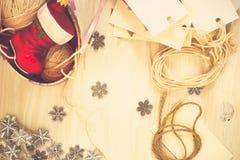 Decoraciones hechas a mano de la Navidad de la preparación de la Navidad (pedazo) Fotografía de archivo libre de regalías