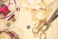 Decoraciones hechas a mano de la Navidad de la preparación de la Navidad (pedazo) Foto de archivo
