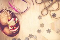 Decoraciones hechas a mano de la Navidad de la preparación de la Navidad (pedazo) Imagen de archivo