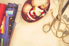 Decoraciones hechas a mano de la Navidad de la preparación de la Navidad (pedazo) Imagen de archivo libre de regalías