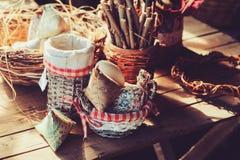 Decoraciones hechas a mano de pascua en la tabla de madera en la casa de campo acogedora, vintage entonado Imágenes de archivo libres de regalías