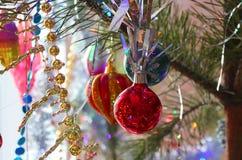 Decoraciones hermosas, brillantes, coloridas para su hogar y un árbol de navidad en un día de fiesta de la Navidad y del Año Nuev Foto de archivo libre de regalías