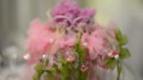 Decoraciones hermosas de la flor en la tabla de la boda almacen de metraje de vídeo