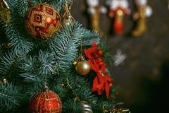 Decoraciones hermosas de la Navidad del color que cuelgan en el árbol de navidad Imagen de archivo