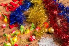 Decoraciones hermosas de la Navidad en la tabla de madera Foto de archivo libre de regalías