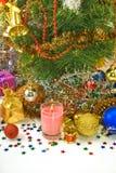 Decoraciones hermosas de la Navidad en un fondo blanco Imagen de archivo libre de regalías