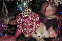 Decoraciones hermosas del color que cuelgan en el árbol de navidad Imagen de archivo