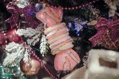 Decoraciones hermosas del color que cuelgan en el árbol de navidad Imagenes de archivo