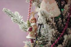 Decoraciones hermosas del color que cuelgan en el árbol de navidad Foto de archivo