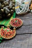 Decoraciones indias para bailar: campanas para las piernas - ganguru, elementos del traje clásico indio para el bharatanatyam de  fotos de archivo