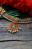 Decoraciones indias para bailar: elementos del traje clásico indio para el bharatanatyam de baile y de decoraciones en el cuello  imagenes de archivo