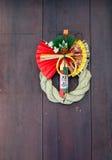Decoraciones japonesas del Año Nuevo en puerta Fotos de archivo