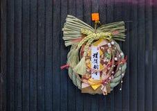 Decoraciones japonesas del Año Nuevo en puerta Imagen de archivo