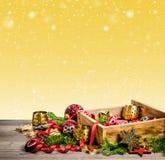Decoraciones, juguetes y ornamentos de la Navidad Estrellas rojas, chucherías Foto de archivo libre de regalías