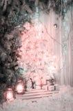 Decoraciones ligeras de la Navidad Un árbol hermoso del Año Nuevo con las bolas y las cajas de regalo Foto en el estudio, decorac Imágenes de archivo libres de regalías