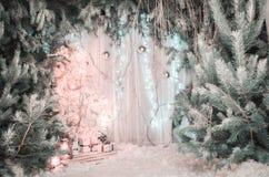Decoraciones ligeras de la Navidad Un árbol hermoso del Año Nuevo con las bolas y las cajas de regalo Foto en el estudio, decorac Fotografía de archivo libre de regalías