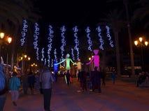 Decoraciones ligeras de las marionetas y de la Navidad en la ciudad de Nerja España Imagenes de archivo