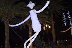 Decoraciones ligeras de las marionetas y de la Navidad en la ciudad de Nerja España Imágenes de archivo libres de regalías