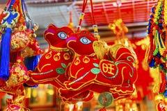 Decoraciones lunares chinas Pekín China del Año Nuevo de los perros antiguos rojos Foto de archivo