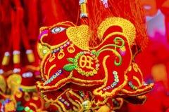 Decoraciones lunares chinas Pekín China del Año Nuevo de los perros antiguos rojos Imagenes de archivo