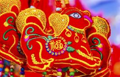 Decoraciones lunares chinas Pekín China del Año Nuevo de los perros antiguos rojos Foto de archivo libre de regalías