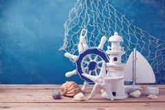 Decoraciones marinas de la forma de vida en la tabla de madera sobre fondo azul del grunge Fotos de archivo