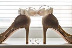 Decoraciones nupciales de la boda Zapatos y liga de los anillos de bodas Imágenes de archivo libres de regalías