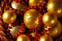 decoraciones Oro-coloreadas de la Navidad Fotografía de archivo libre de regalías