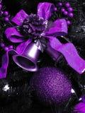 Decoraciones púrpuras de la Navidad Foto de archivo
