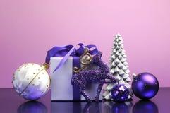 Decoraciones púrpuras del regalo y de la chuchería de la Navidad del tema Foto de archivo libre de regalías