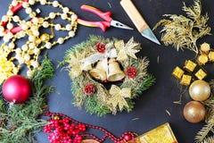 Decoraciones para hacer la guirnalda de la Navidad Foto de archivo libre de regalías