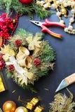 Decoraciones para hacer la guirnalda de la Navidad Fotografía de archivo