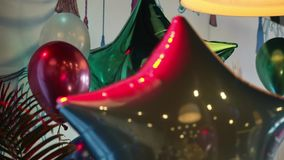 Decoraciones para la celebración de días festivos Muchos globos almacen de metraje de vídeo