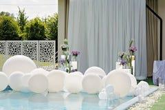 Decoraciones para la ceremonia de boda por la piscina con agua azul Fotos de archivo