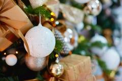 Decoraciones para un árbol de navidad contra la perspectiva de luces de una guirnalda Fotos de archivo