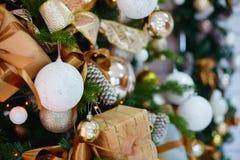 Decoraciones para un árbol de navidad contra la perspectiva de luces de una guirnalda Imagen de archivo
