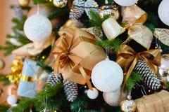 Decoraciones para un árbol de navidad contra la perspectiva de luces de una guirnalda Foto de archivo libre de regalías