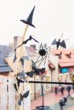 Decoraciones para Víspera de Todos los Santos Palos, un casquillo de espíritus malignos y un lar imagen de archivo libre de regalías