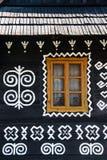 Decoraciones pintadas en la pared de la cabaña de madera en Cicmany, Eslovaquia imagenes de archivo