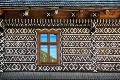 Decoraciones pintadas en la pared de la cabaña de madera en Cicmany, Eslovaquia Imágenes de archivo libres de regalías