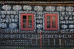 Decoraciones pintadas en la pared de la cabaña de madera en Cicmany, Eslovaquia Imagen de archivo libre de regalías