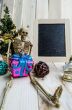 Decoraciones, pizarra y esqueleto de la Navidad Imagenes de archivo