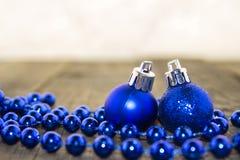 Decoraciones, plata y azul de la Navidad Fotografía de archivo libre de regalías