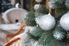 Decoraciones por Año Nuevo y días de fiesta Bolas de plata de la Navidad en ramas de árbol Imágenes de archivo libres de regalías