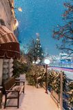 Decoraciones por Año Nuevo y días de fiesta Bolas de la Navidad en ramas de árbol cerca a la catedral del ` s de la albahaca del  Fotos de archivo