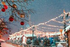 Decoraciones por Año Nuevo y días de fiesta Bolas de la Navidad en ramas de árbol cerca a la catedral del ` s de la albahaca del  Imagen de archivo libre de regalías