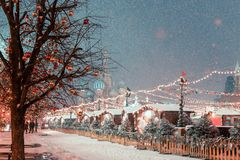 Decoraciones por Año Nuevo y días de fiesta Bolas de la Navidad en ramas de árbol cerca a la catedral del ` s de la albahaca del  Imagenes de archivo