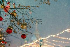 Decoraciones por Año Nuevo y días de fiesta Bolas de la Navidad en ramas de árbol cerca a la catedral del ` s de la albahaca del  Foto de archivo libre de regalías